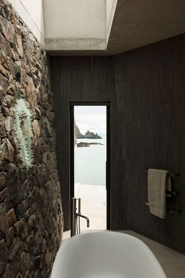 CharlesRayandCoco_seascape_peninsula_pattersons_bathroom