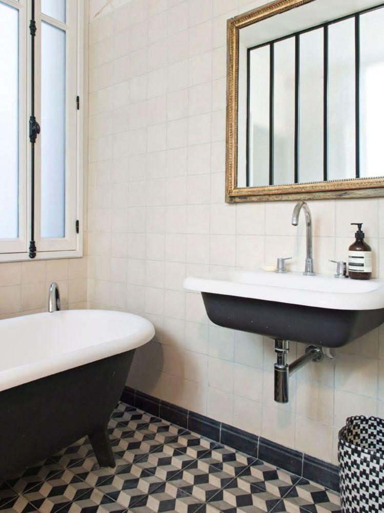 une-salle-de-bains-avec-verriere-et-carreaux-de-ciment-charles-ray-and-coco-blog-decoration-design-bordeaux